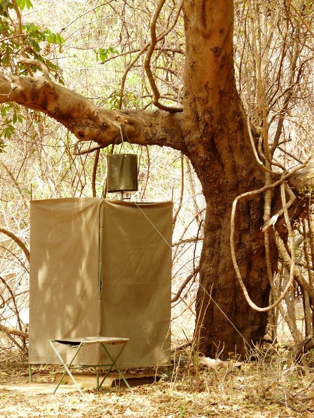 Bucket Shower - eine Busch Dusche im Camp von Robin Pope Safaris