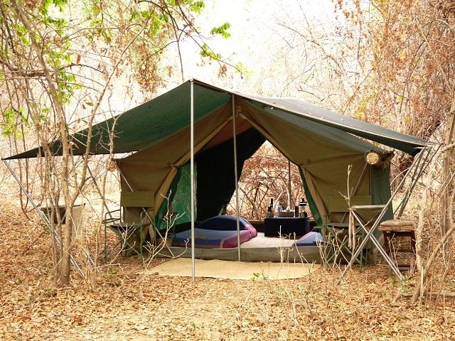 Komfortable Zelte für eine Pirschwanderung in Sambia