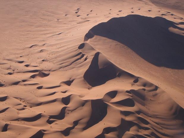 Die hohen Dünen der Namib im Rahmen einer Flugsafari in Namibia gesehen