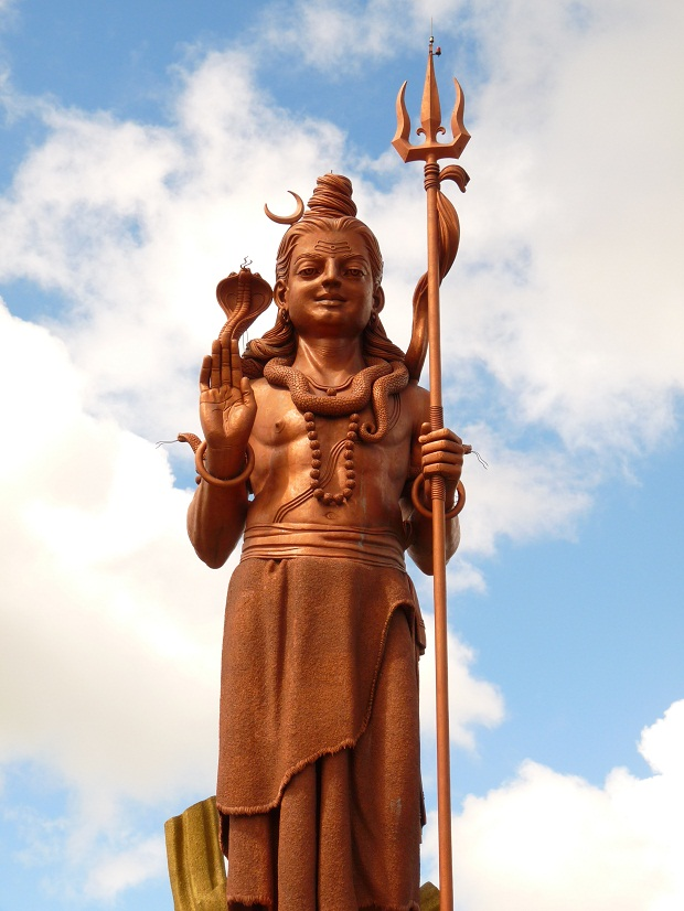 Schon von Weitem grüßt die Shiva Statue am Grand Bassin