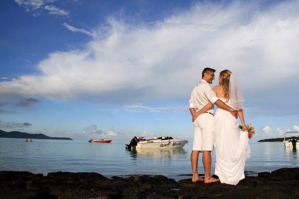 Hochzeitspaar am Strand von Mauritius