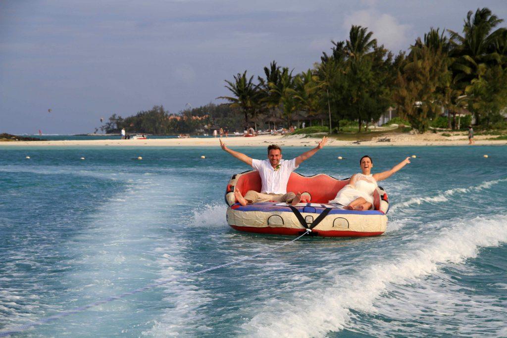 Im Schlauchboot zur Hochzeit auf Mauritius