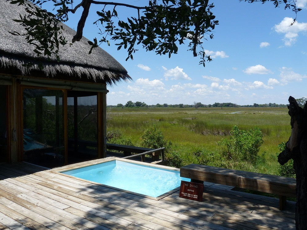 Pool eines Luxuscamps in Botswana