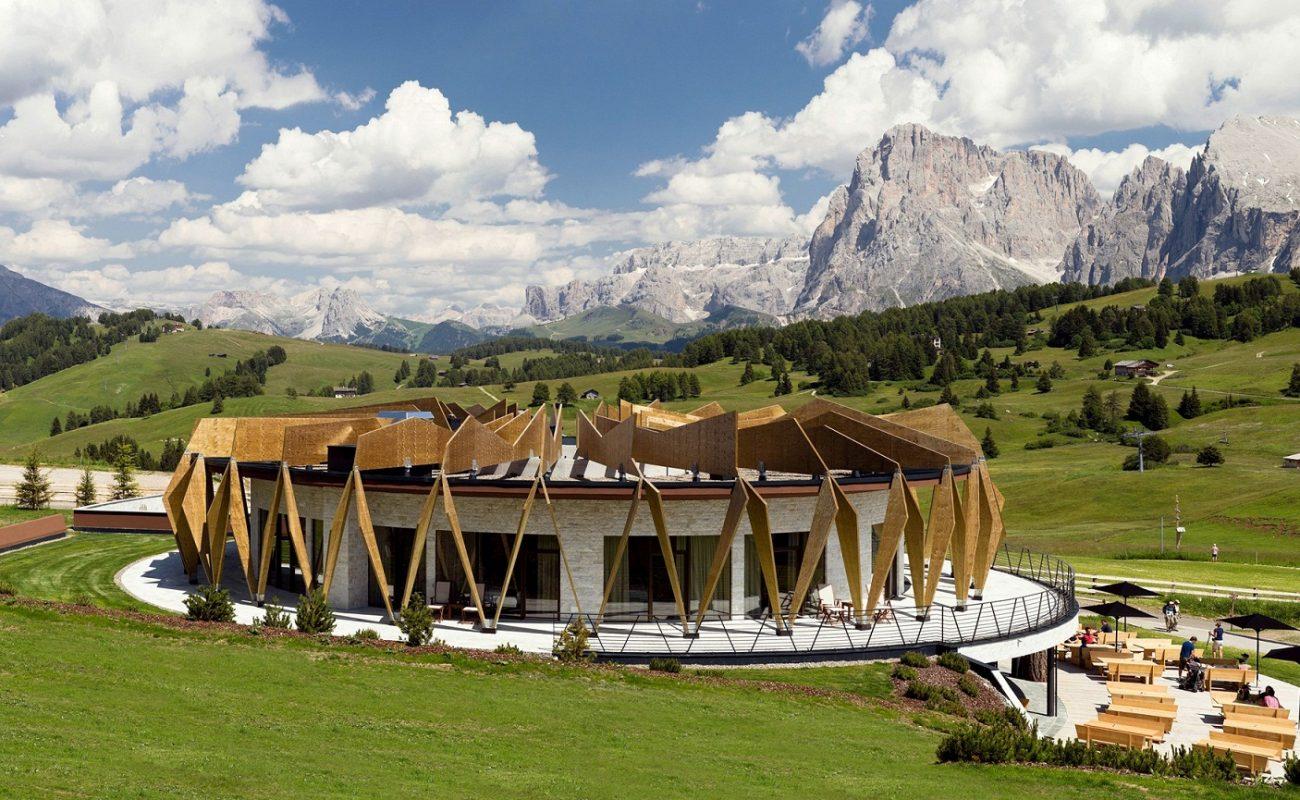 Chalet im Sommer mit Blick auf die Dolomiten