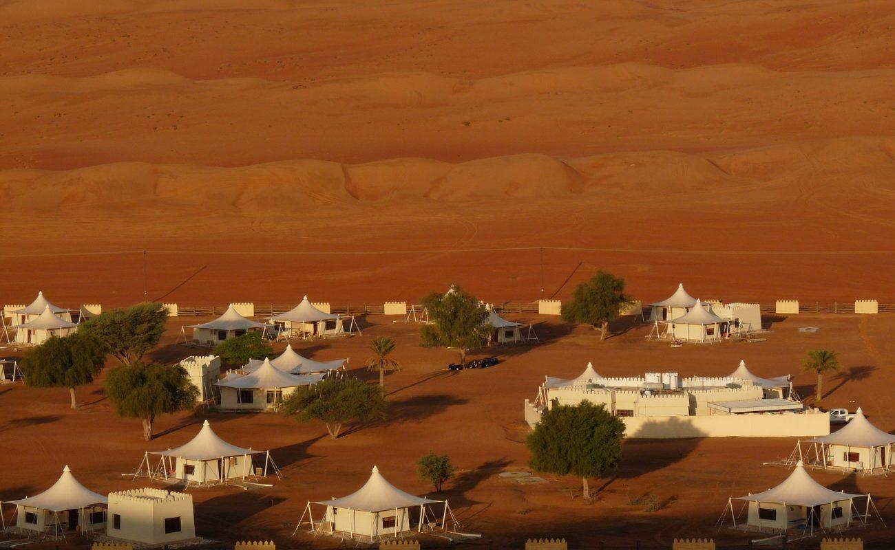 Desert Night Camp vor der Kulisse der roten Dünen