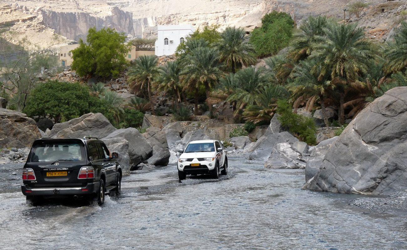 Fahrt durch ein Wadi mit dem Geländewagen