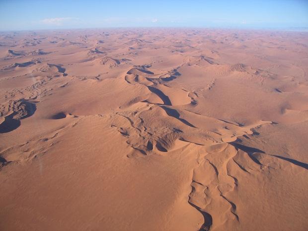 Die roten Dünen der Namibi aus der Luft gesehen