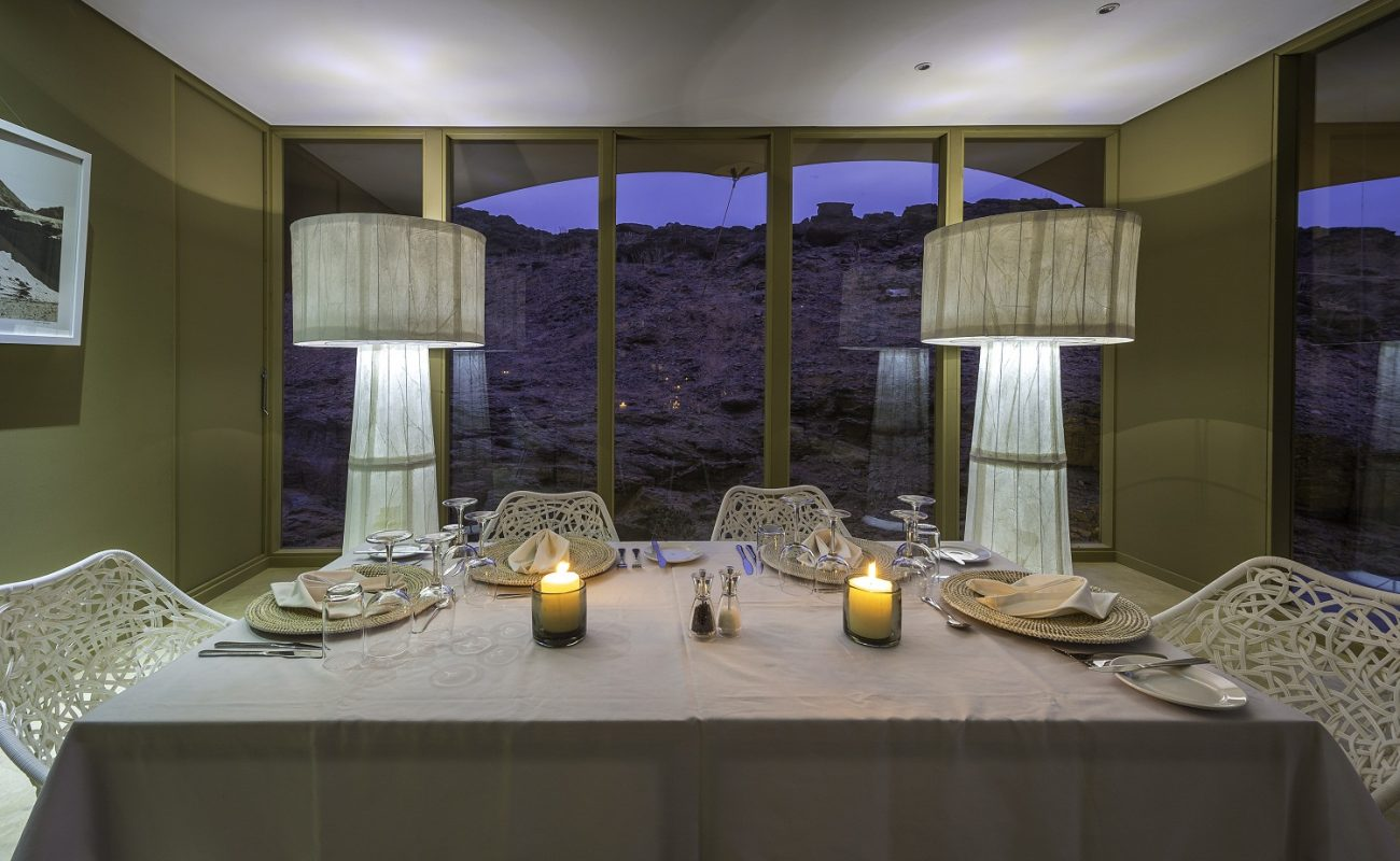 Ein stilvolles Dinner im Hoanib Skeleton Coast Camp
