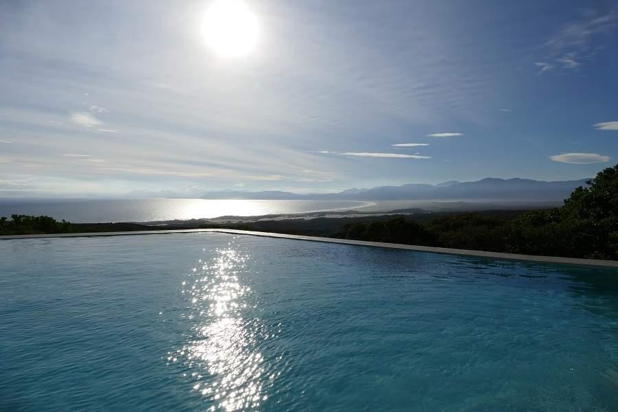 Blick vom Infinity Pool der Forest Lodge von Grootbos