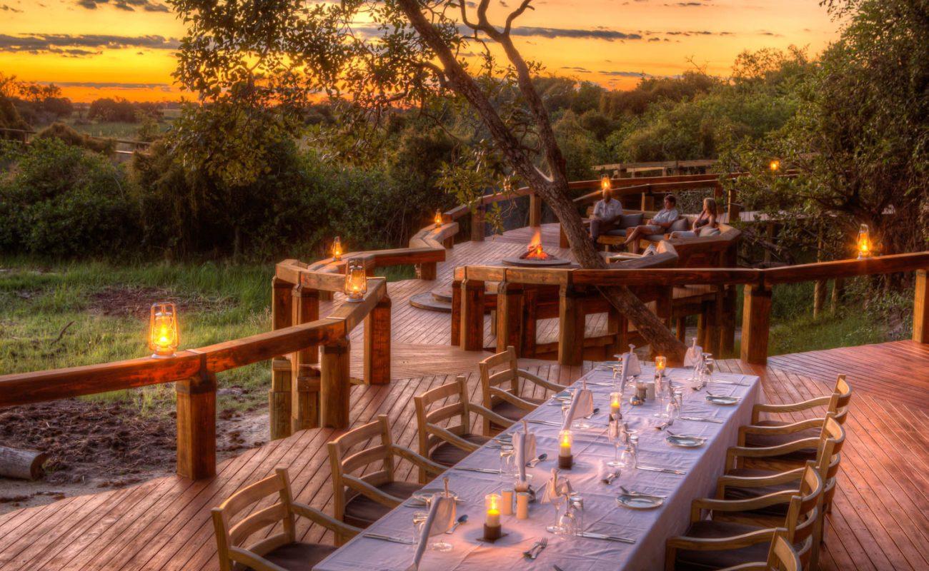 Typisch für eine Safari - das Essen an einem langen Tisch