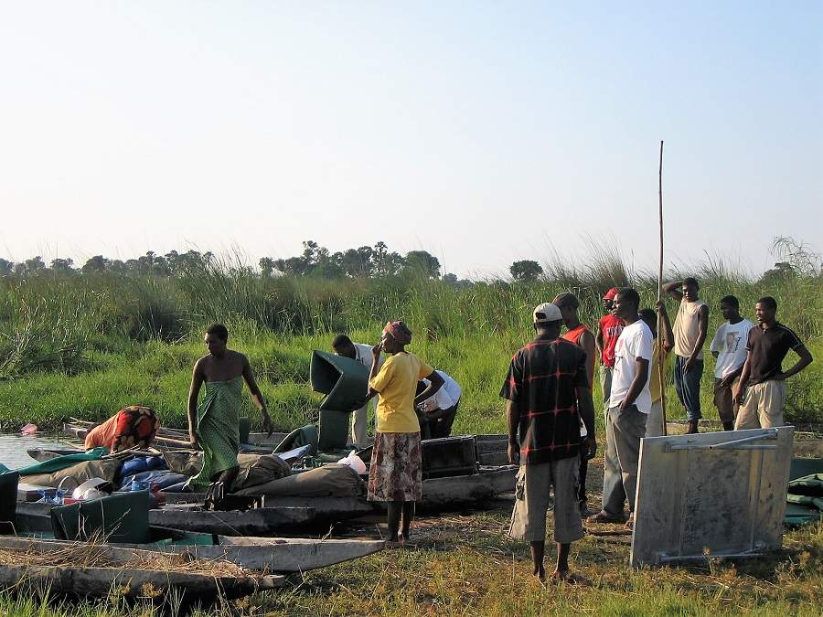 Mokoros und Poler im Okavango Delta