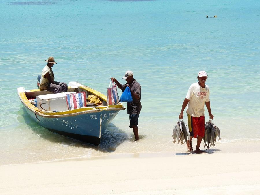 Fischer am Strand von Mahe