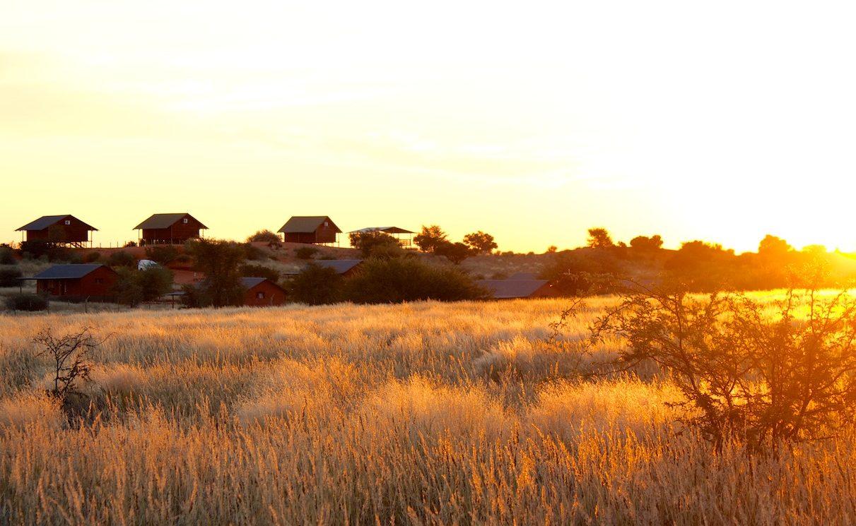Bagatelle Kalahari Game Ranch Strohballe und Dune Chalets