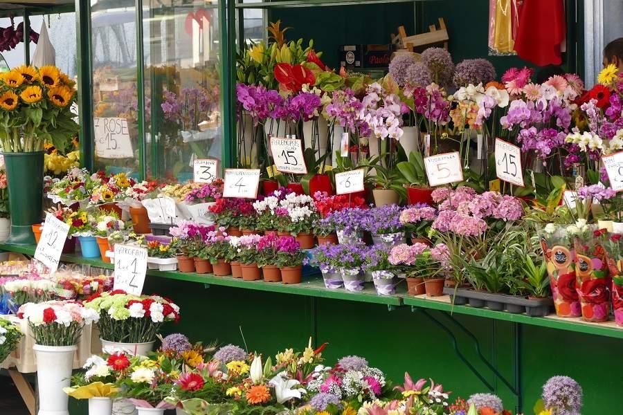 Blumenstände auf dem Obstmark in Bozen