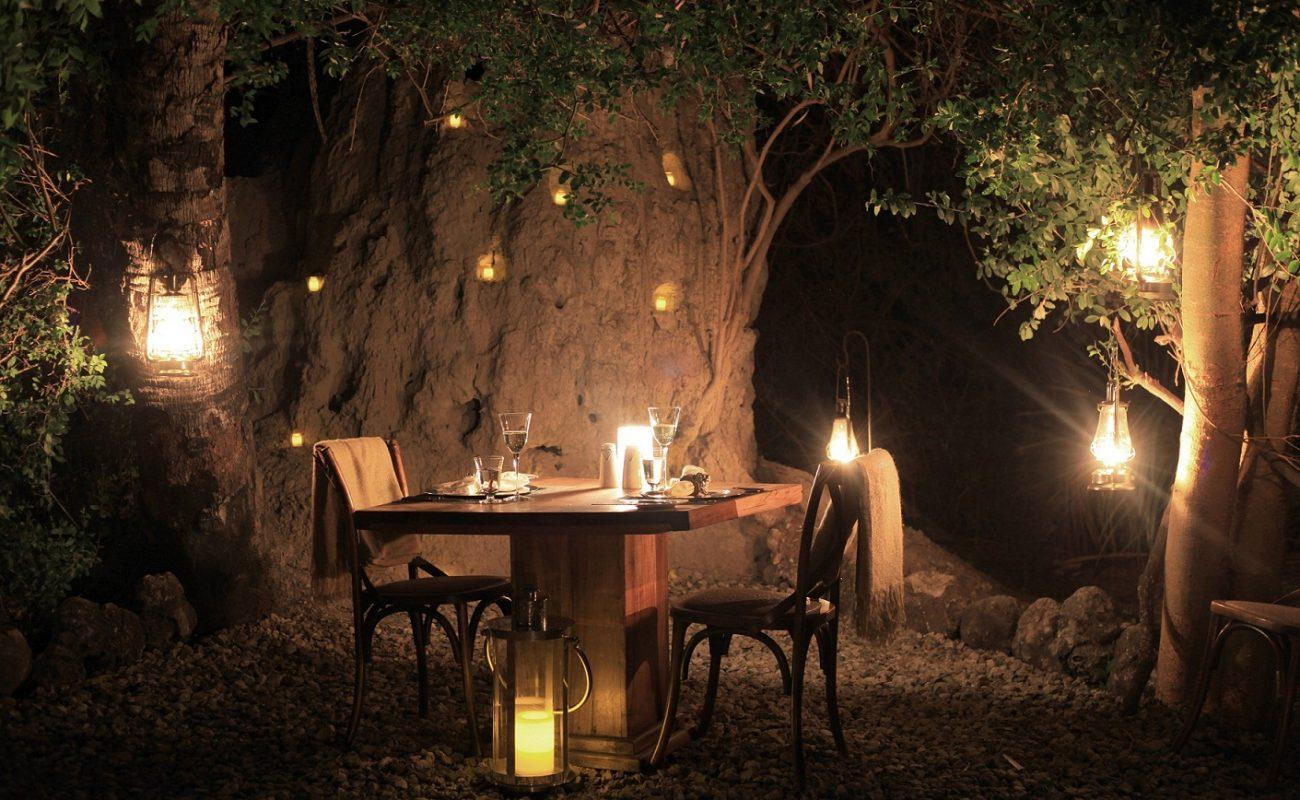 Ein Dinner unter den Sternen gehört zu einer Luxussasfari in Tansania dazu