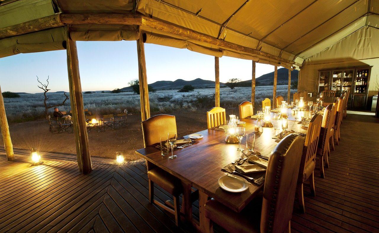 Dinner an einer langen Tafel im Desert Rhino Camp