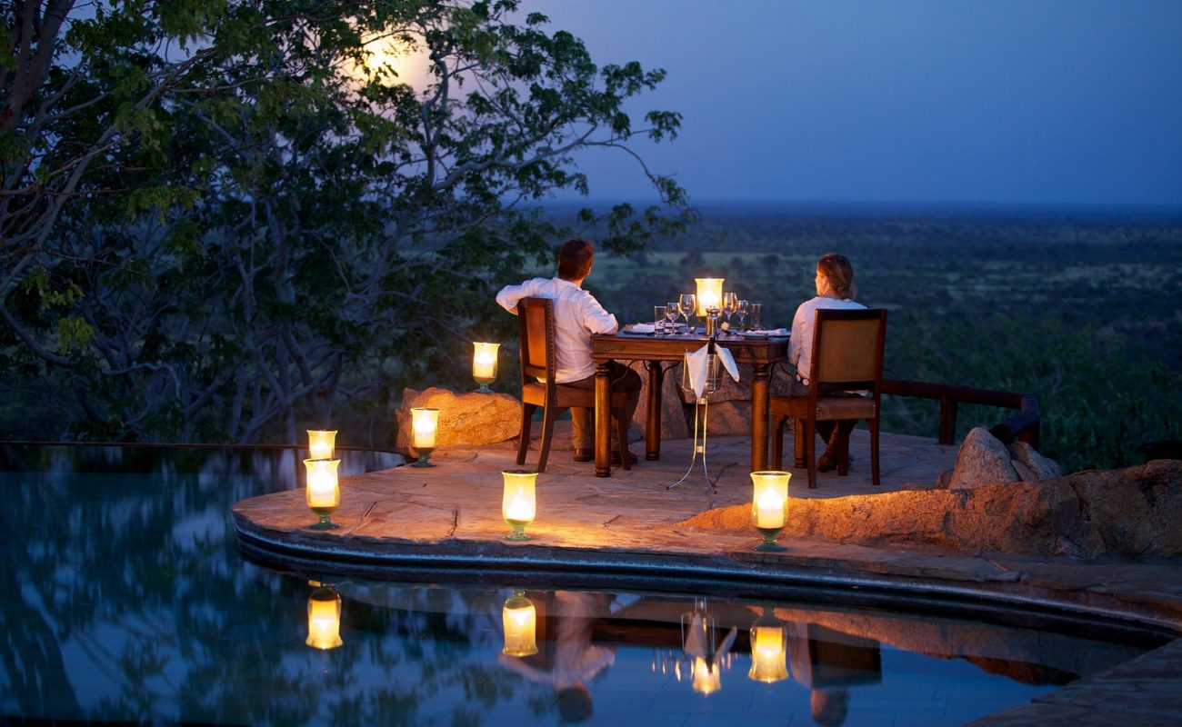 Ganz privat können Sie am Pool des Elewana Camps dinieren