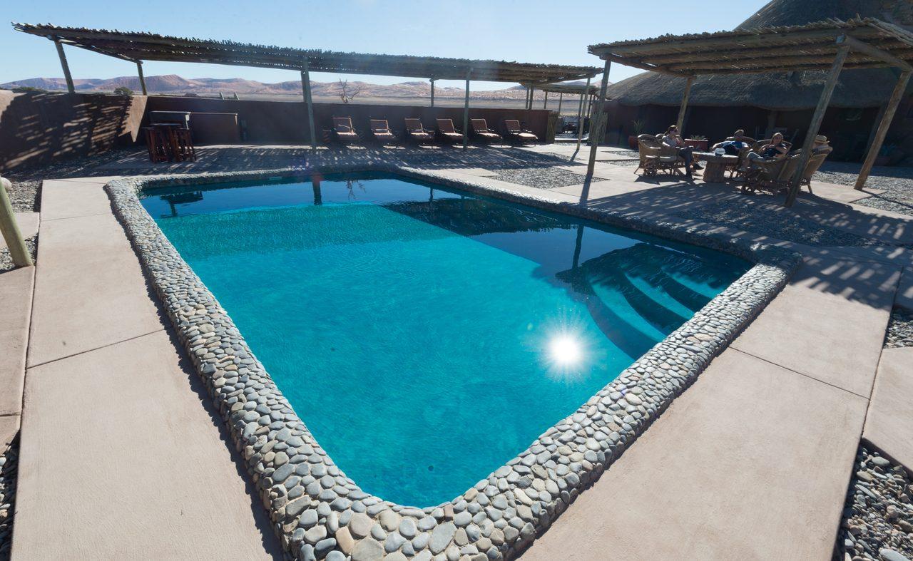 Erfrischung am Pool an einem heißen Nachmittag in Namibia