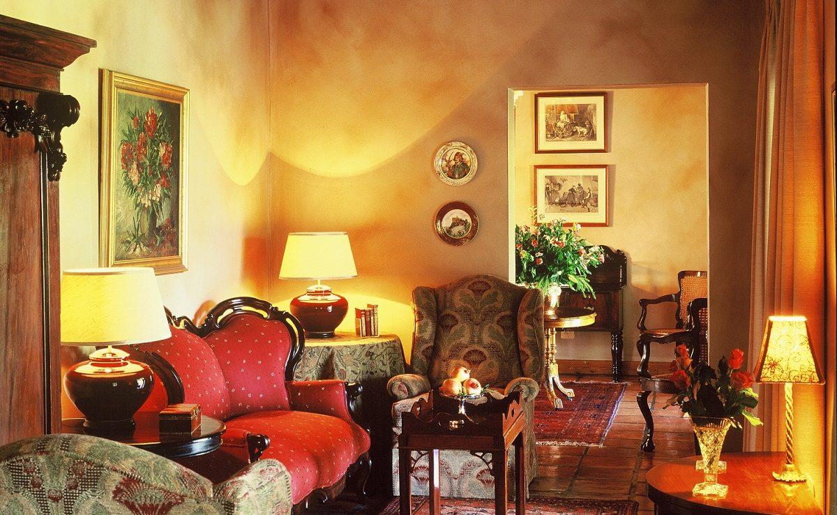 Lounge des Rosenhof in Oudtshorn mit Antiquitäten