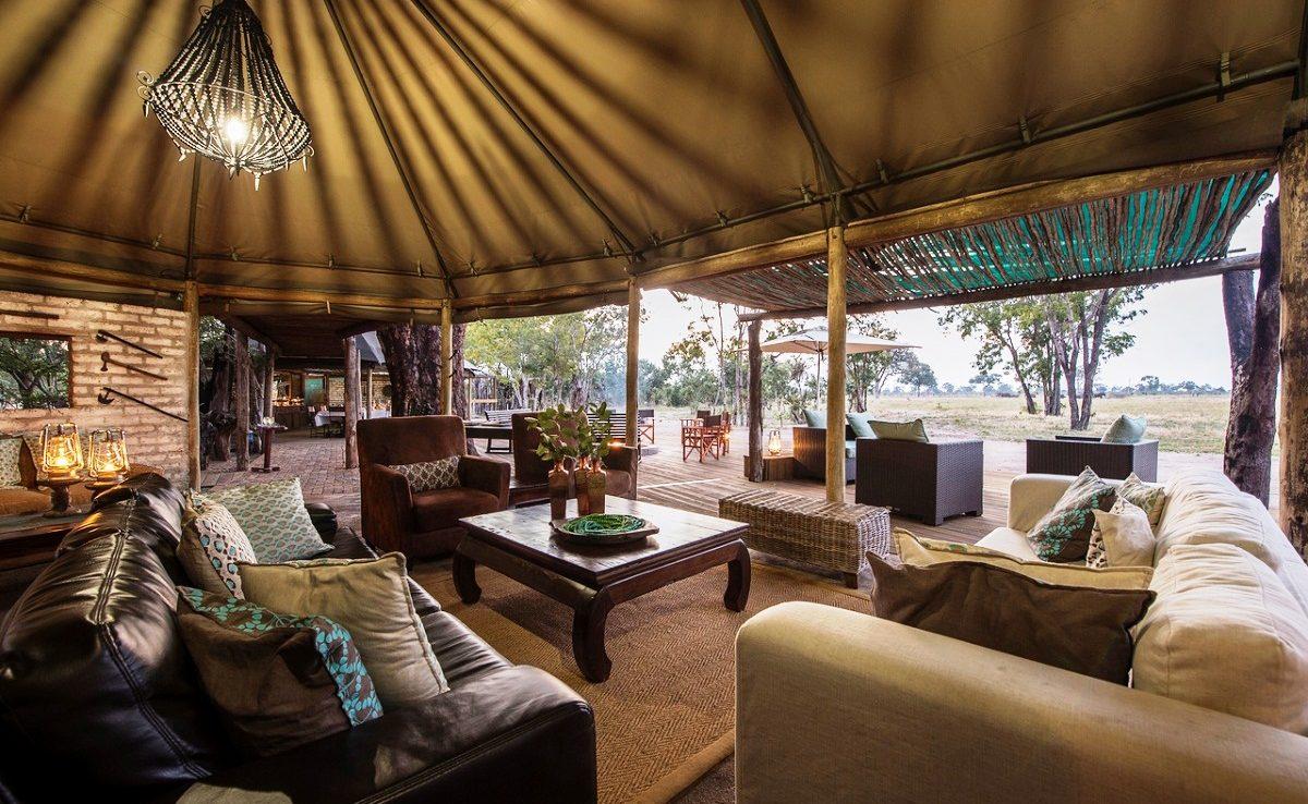 Lounge im Haupthaus des Luxuscamps von Wilderness Safaris