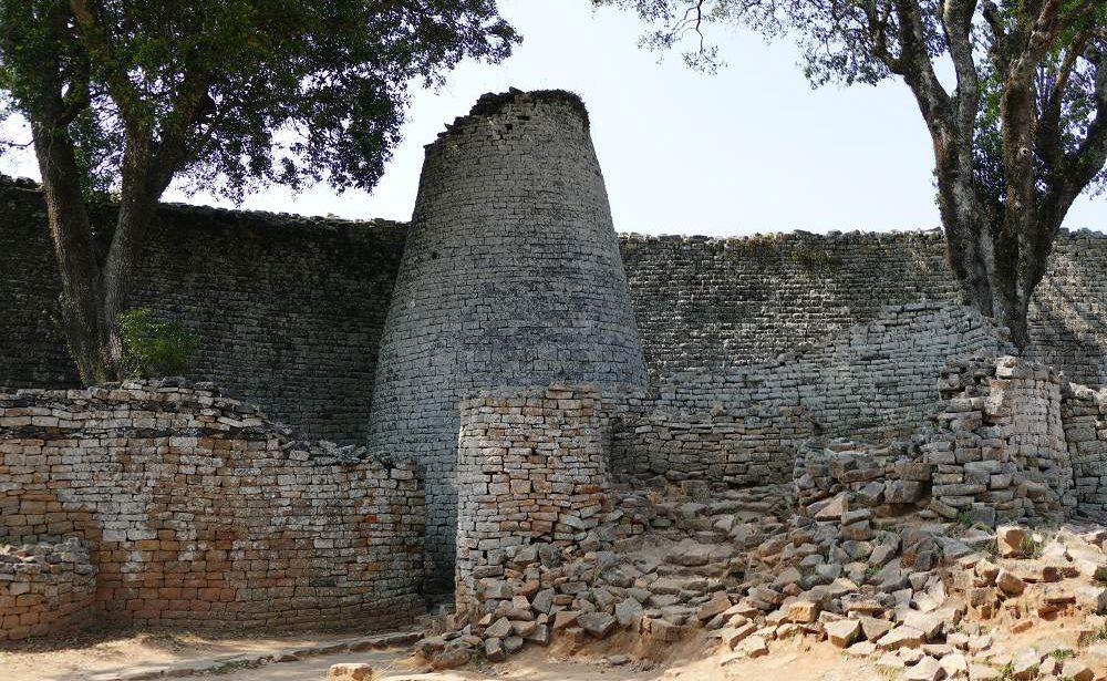 Der konische Turm der Great Zimbabwe Ruins