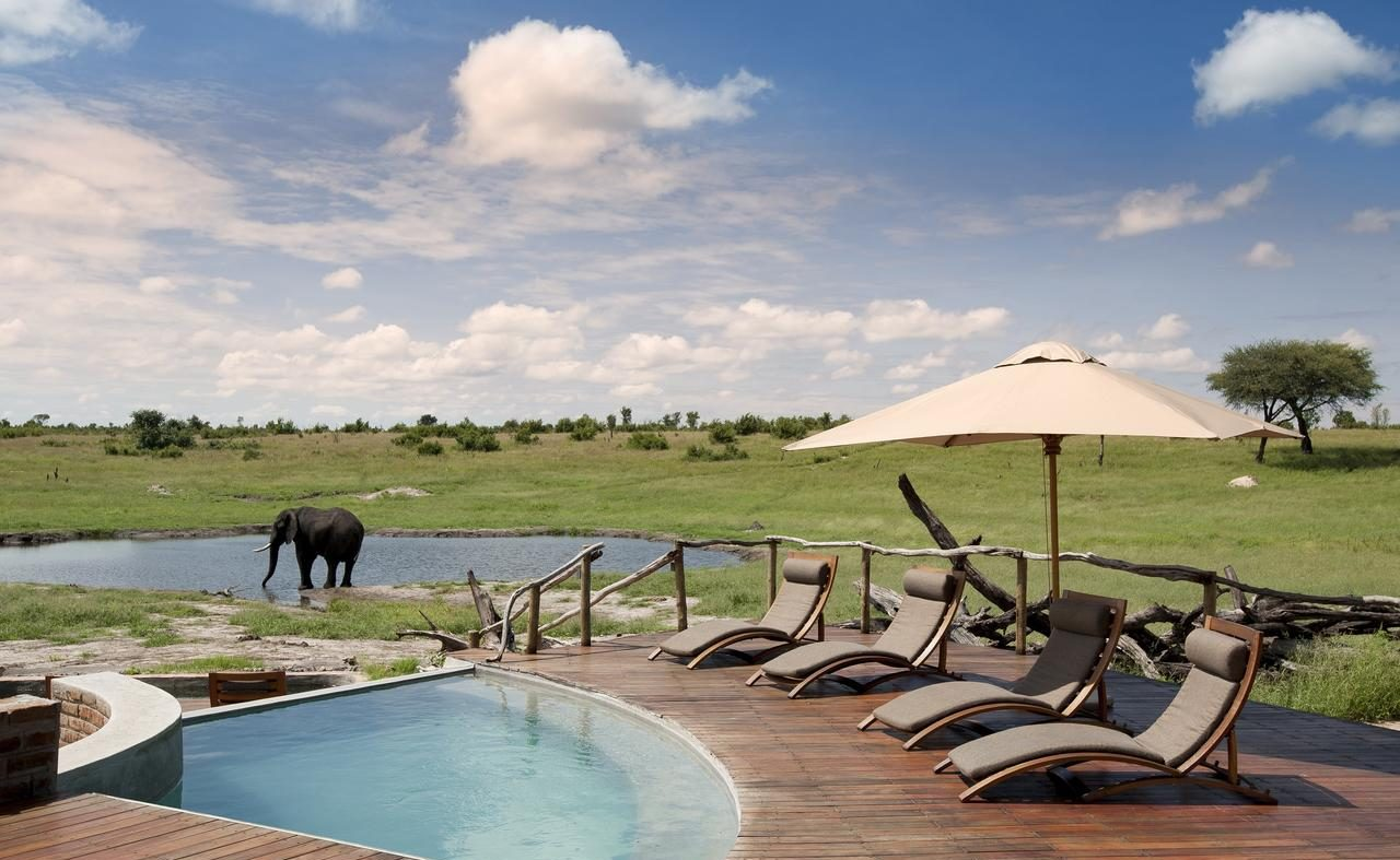Der Pool des Luxuscamps im Hwange Nationalpark