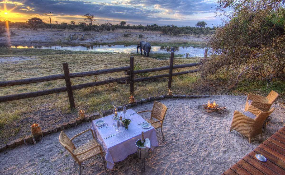 Ein privates Dinner im Desert & Delta Camp Savute
