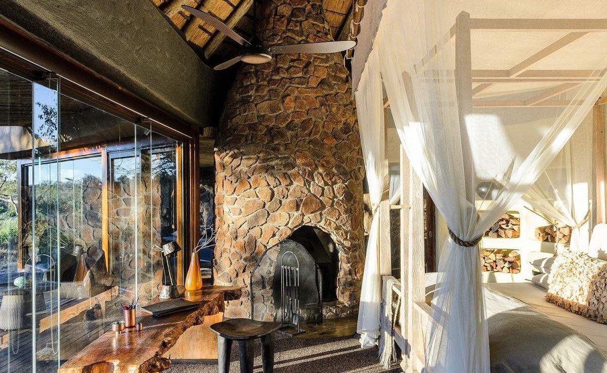 Für kalte Stunden in Kamin im Schlafzimmer der Singita Boulders Lodge
