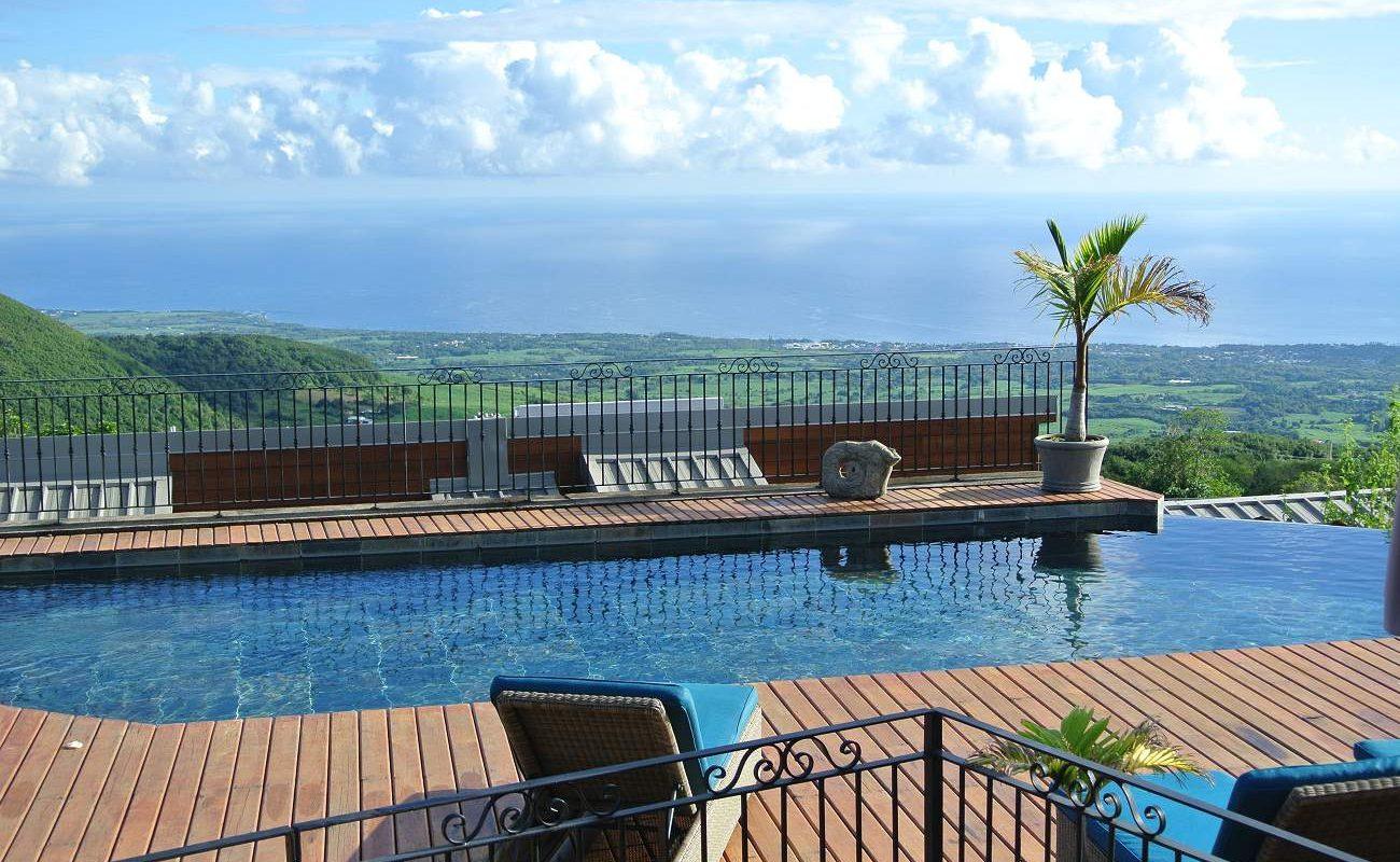 Pool mit Blick über den Indischen Ozean von La Réunion
