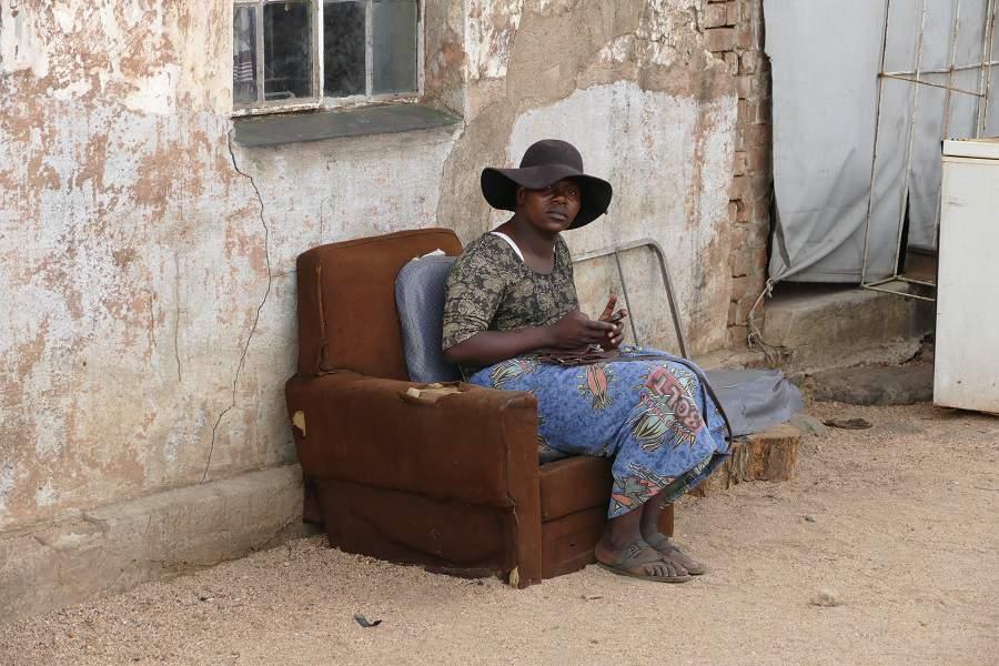 Frau im Slum von Bulawayo