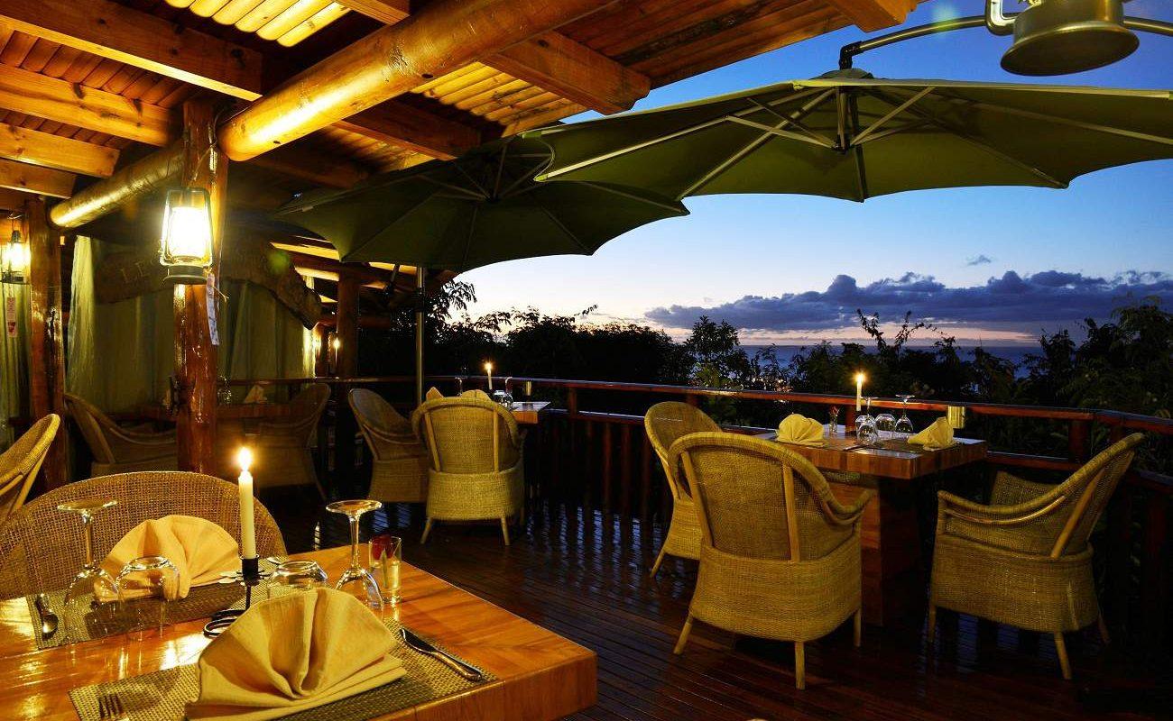 Restaurant und Veranda mit Blick auf den Indischen Ozean