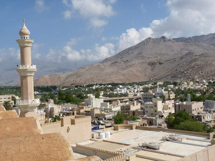 Minarette und Berge vom Fort von Nizwa aus gesehen