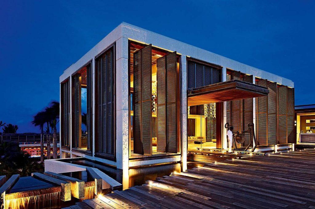 Lobby des Designhotels Long Beach bei Nacht