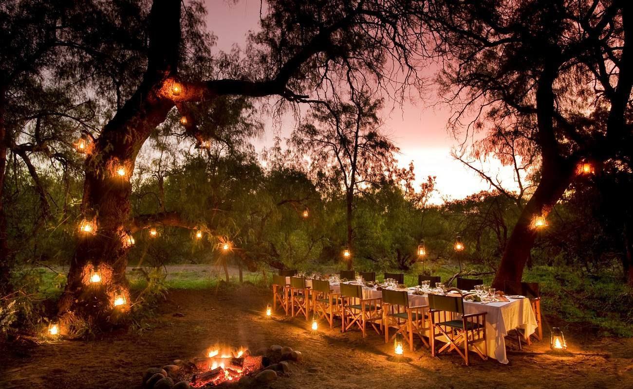 Romantisches Bush Dinner in Samara