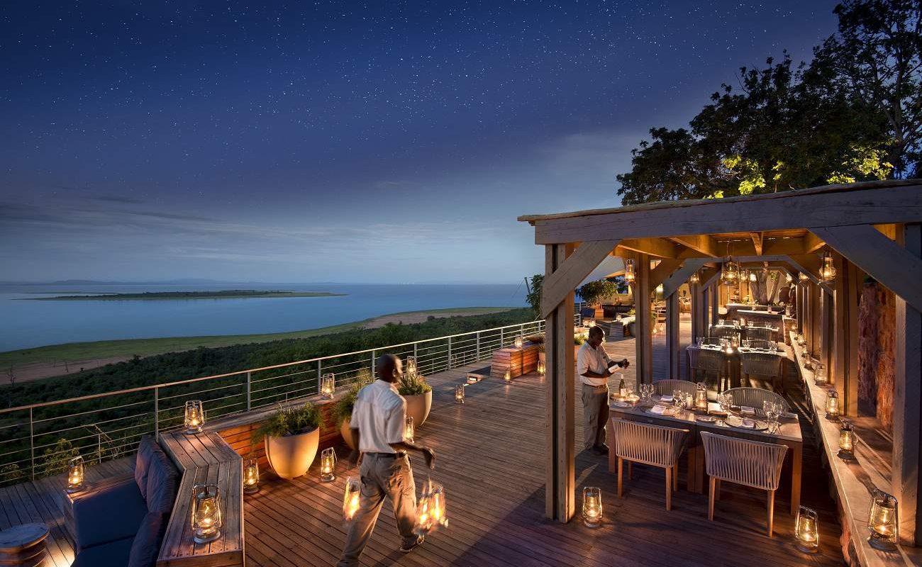 Dinner auf der Veranda der Luxuslodge von African Bush Camps