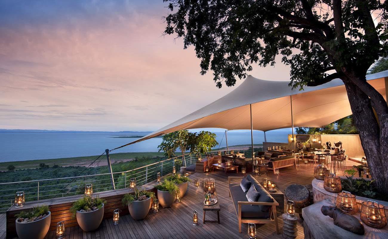 Sonnenuntergang auf der Veranda der Bumi Hills Safari Lodge