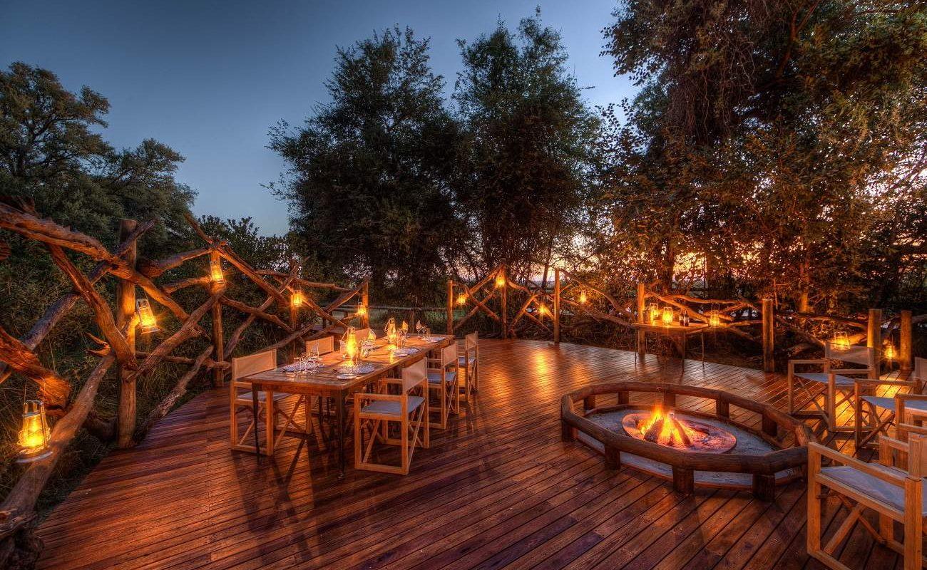 Dinner auf dem Deck der Luxuslodge von Desert & Delta Safaris