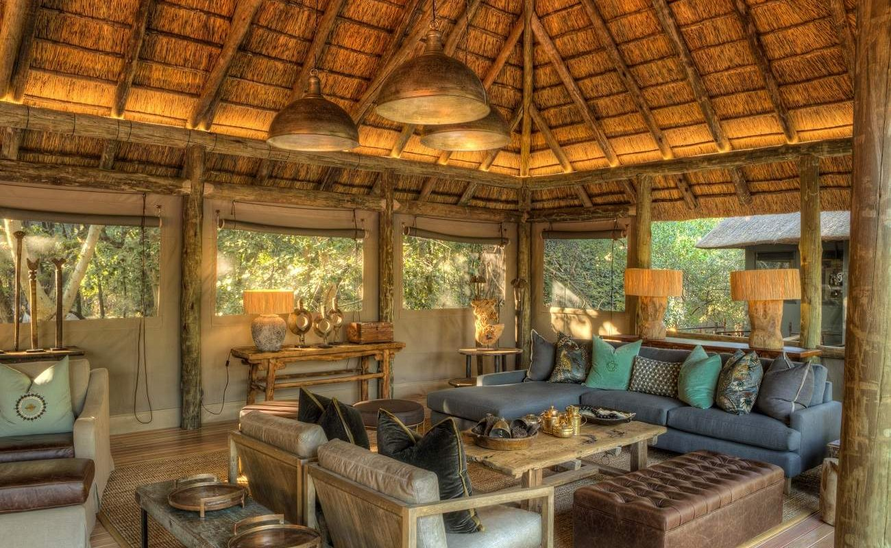 In der Lounge können Sie den Tag im Camp Moremi ausklingen lassen