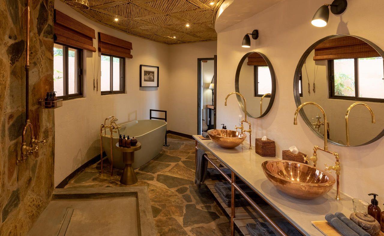 Badezimmer einer Suite im Main Camp von MalaMala