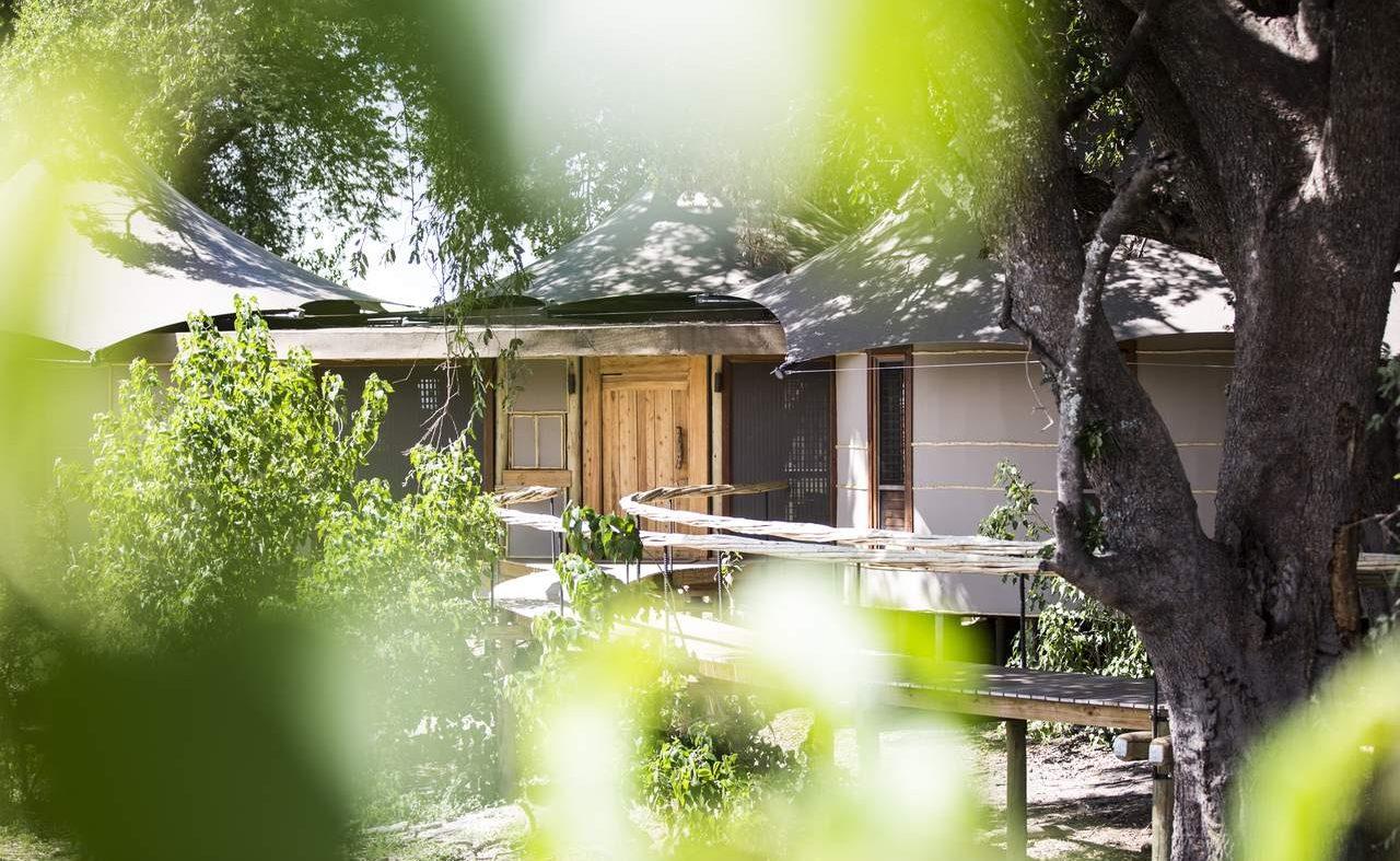Eingang zu einer Luxussuite im Premier Camp von Wilderness Safaris