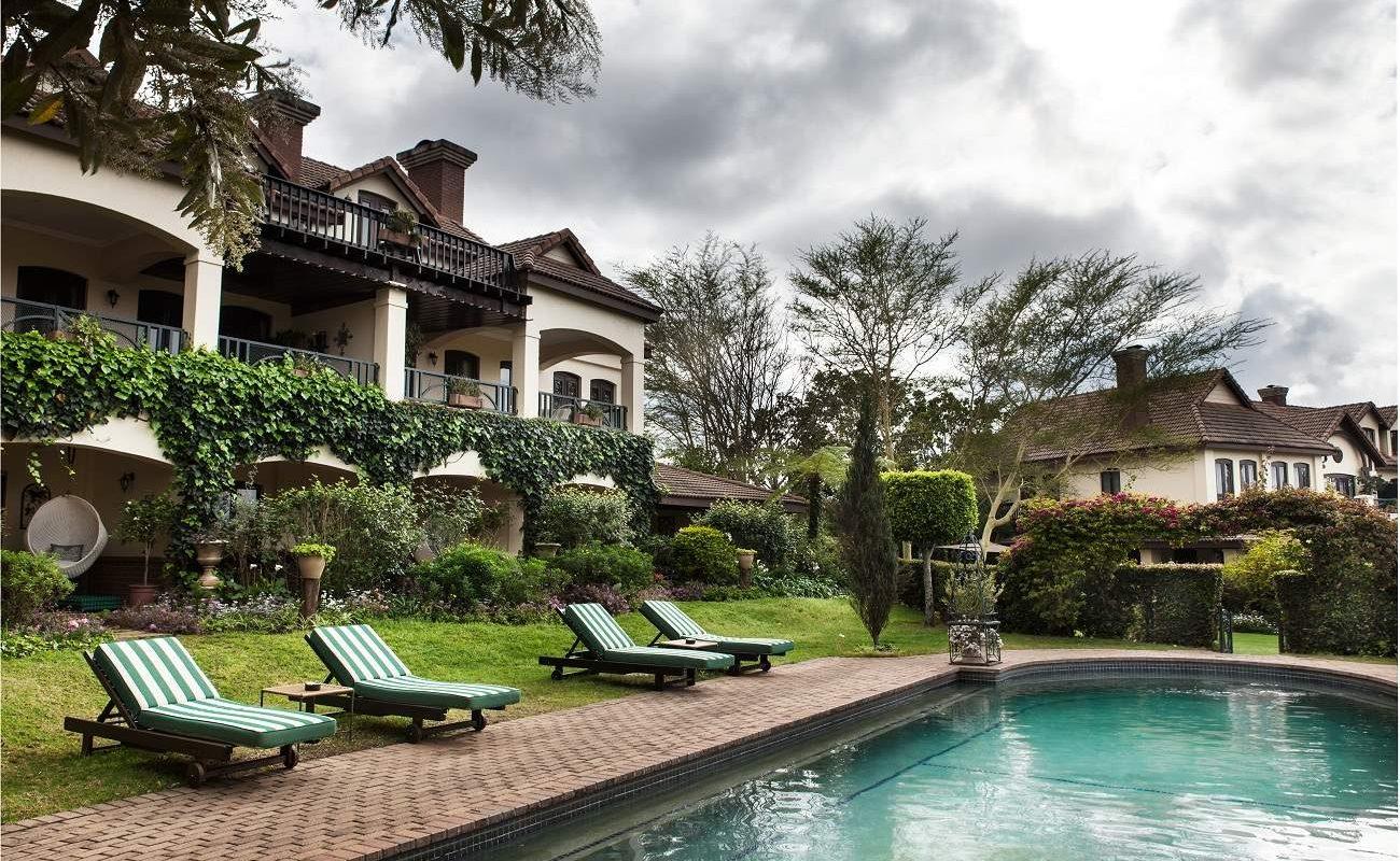 Pool von Oliver's Restaurant & Lodge