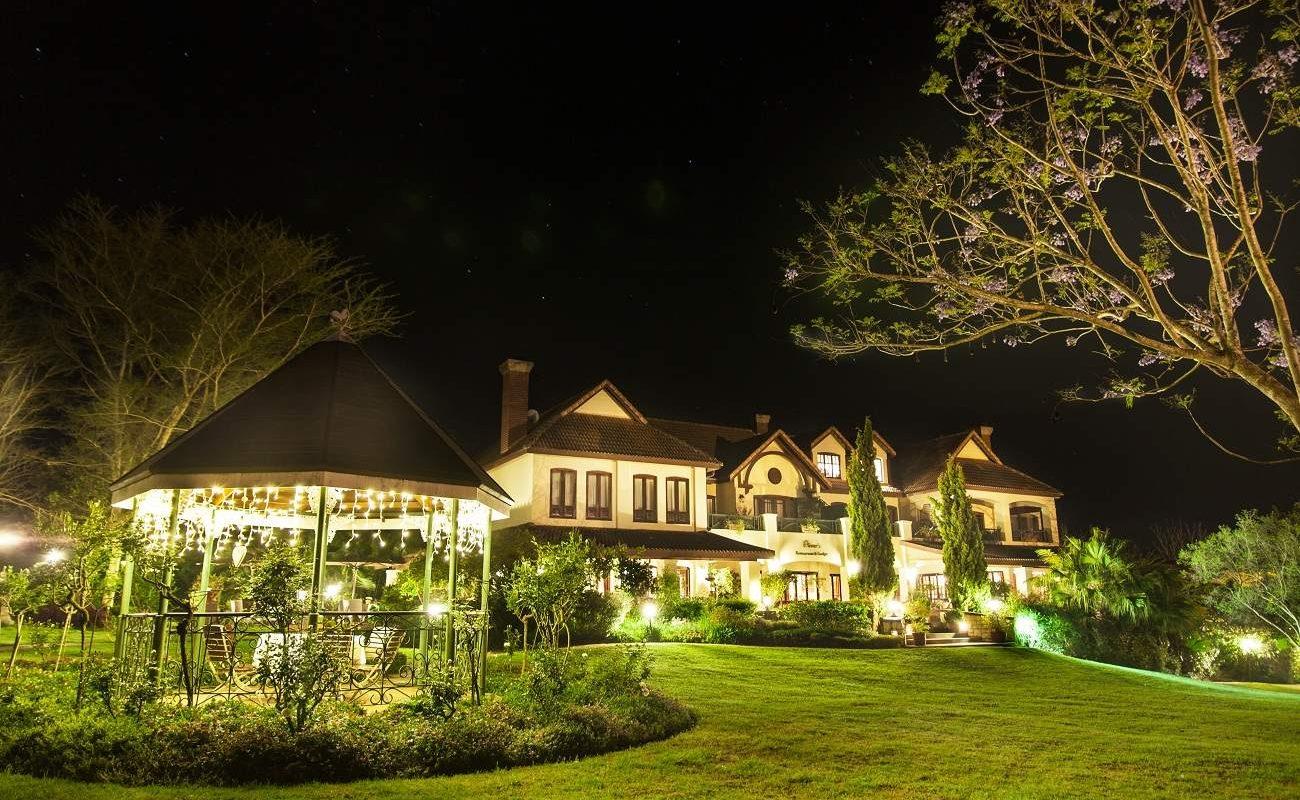 Oliver's Lodge bei Nacht