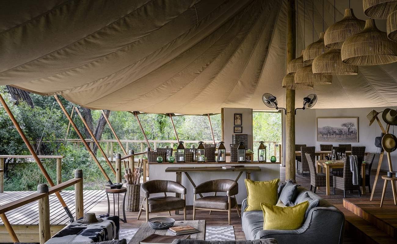 Die stylische Bar des Luxuscamps in Botswana