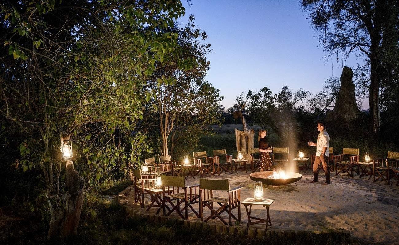 Stimmungsvolle Abendstunden in der Boma im luxuriösen Camp von Sanctuary Retreats