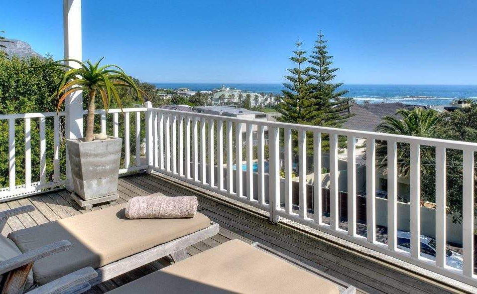 Ocean Suite Sea Five Boutique Hotel mit Blick auf den Strand von Camps Bay
