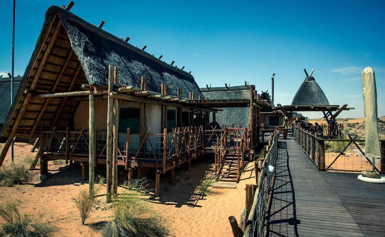 Haupthaus der Lodge der San in der Kalahari