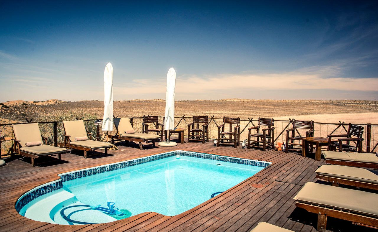 Der Pool der Lodge in der Kalahari