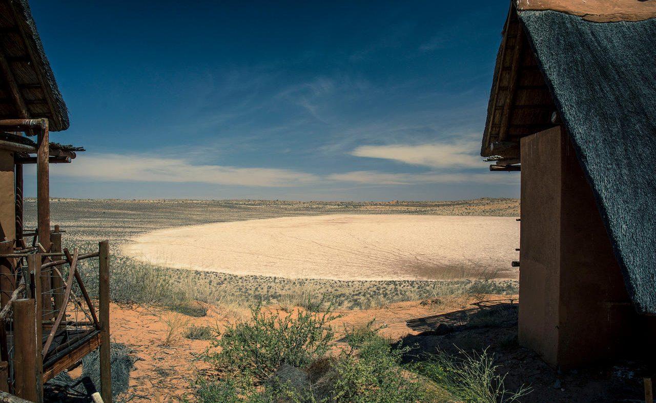 Xaus Lodge am Rand einer Salzpfanne
