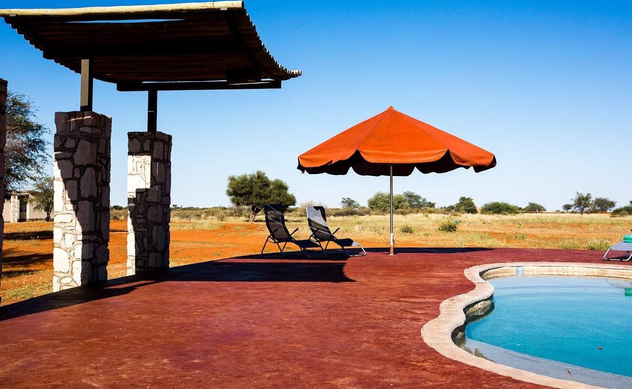 Pool der Anib Kalahari Lodge