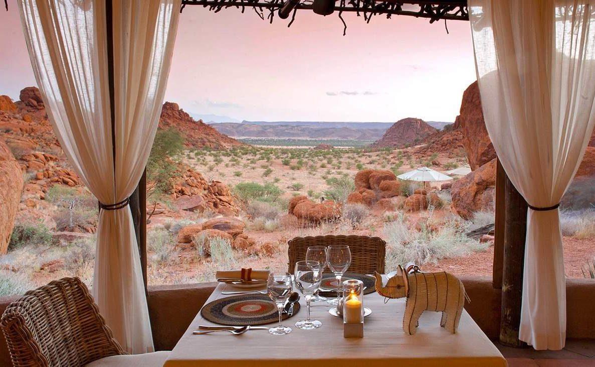 Blick auf das Damaraland beim Abendessen in Mowani